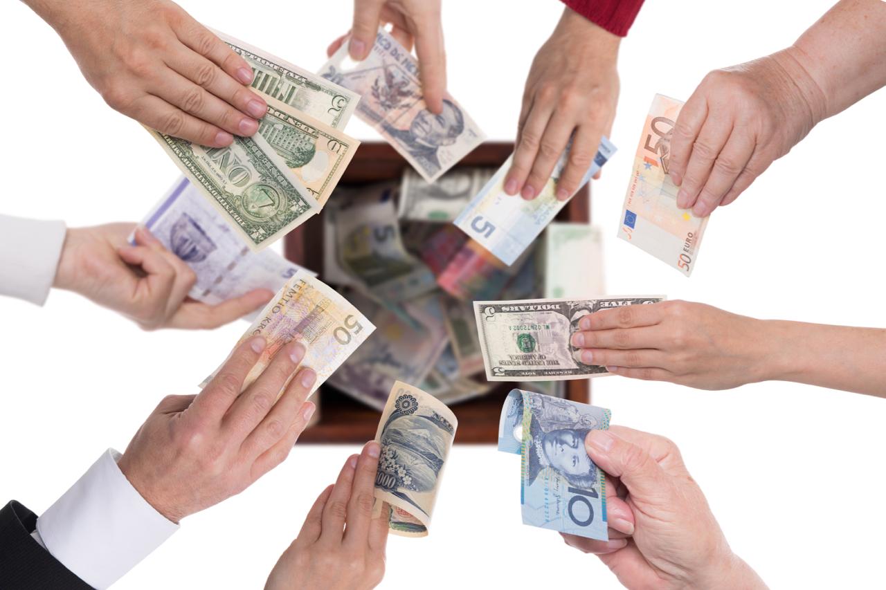 kollage-von-ha--nden-mit-verschiedenen-wa--hrungen--konzept-crowdfunding