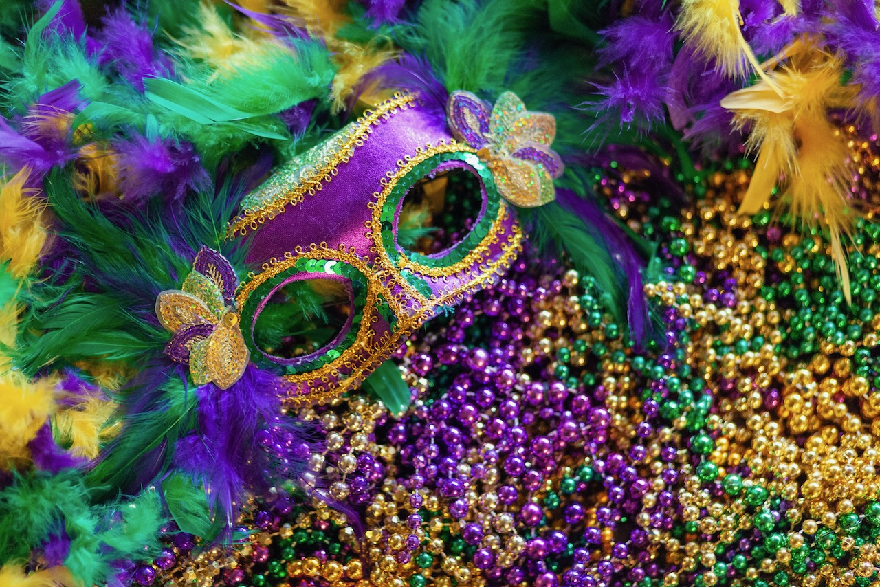 mardi-gras-mask--feathers-and-beads-background
